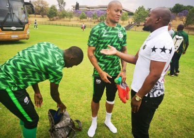 Siyanda Xulu, Dino Ndlovu and Nhlanhla Shabalala interacting.